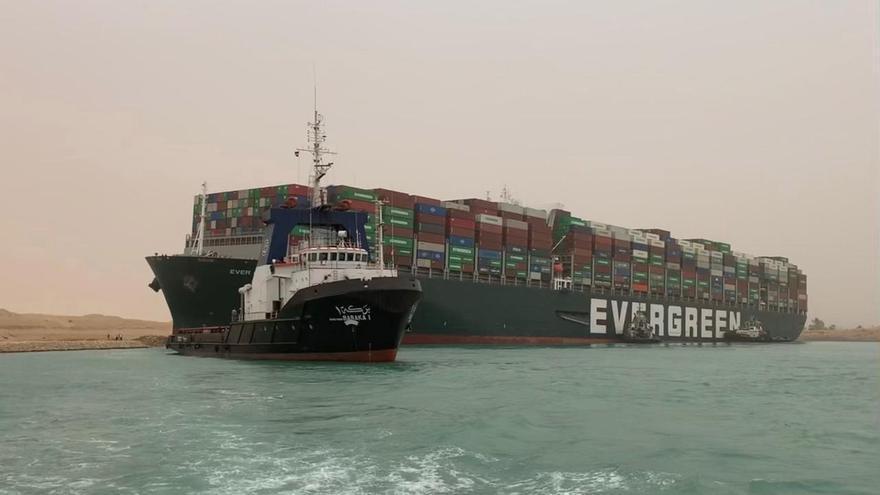 Un carguero atravesado bloquea el Canal de Suez