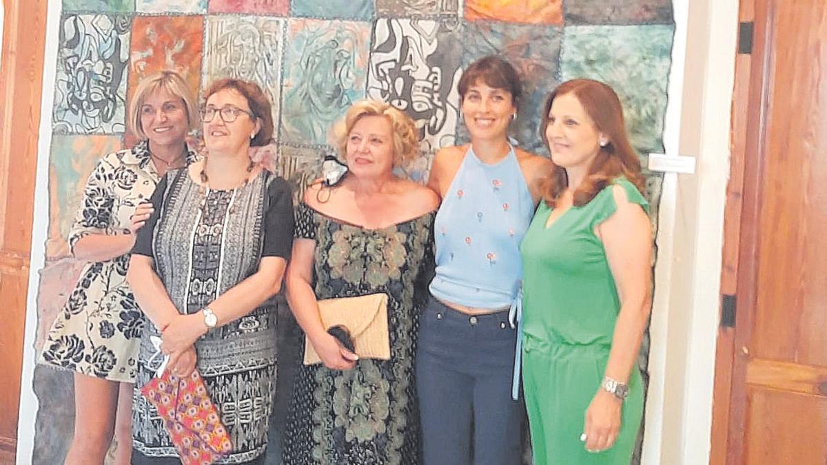 Clara Fas (segunda por la derecha) presenta su primera exposición en el Centre Cultural Palau de Vivel de la Vall.