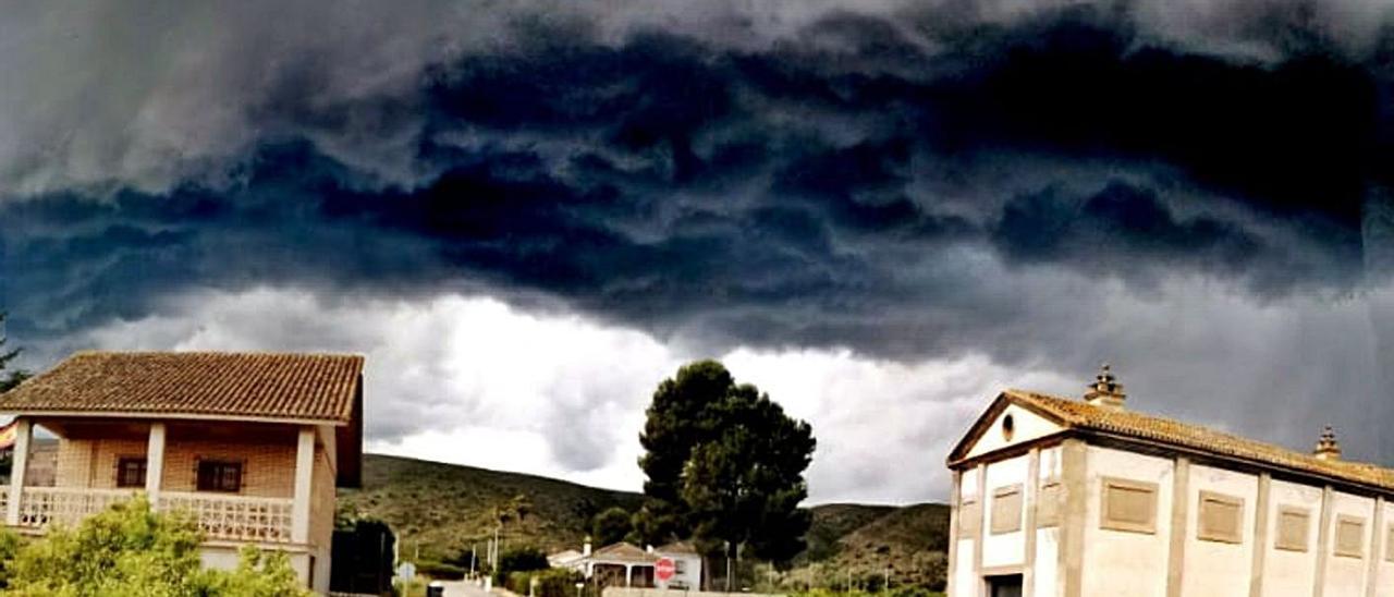 Un fenómeno atmosférico conocido como supercélula se dejó ver en Cotes en abril. | FERMÍN GARCÍA