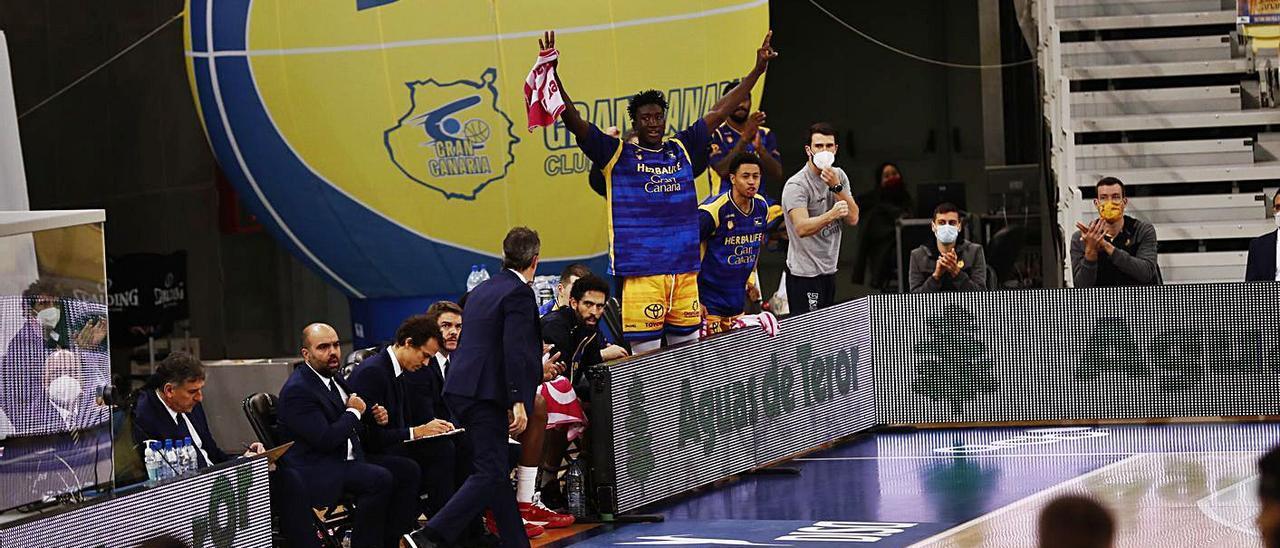 Khalifa Diop -centro- celebra una canasta junto a sus compañeros en el banquillo del Granca el pasado domingo en el Arena. | | ACB