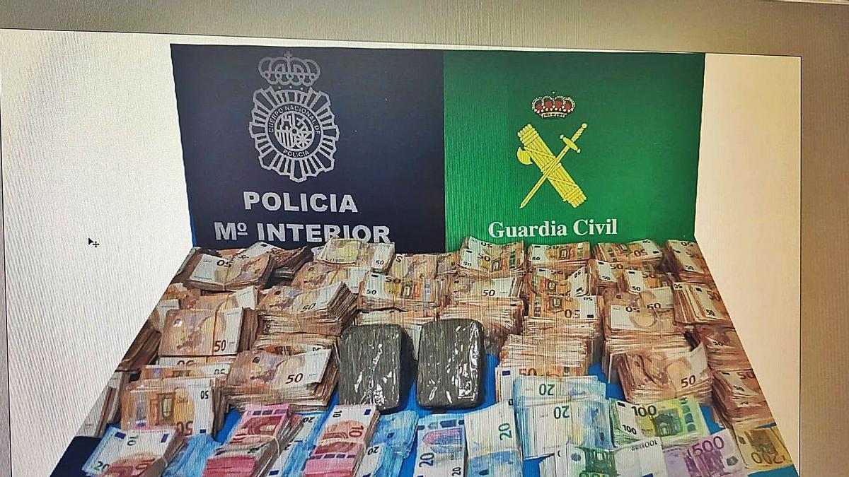 Dinero intervenido por la policía en la vivienda del encausado vilagarciano.