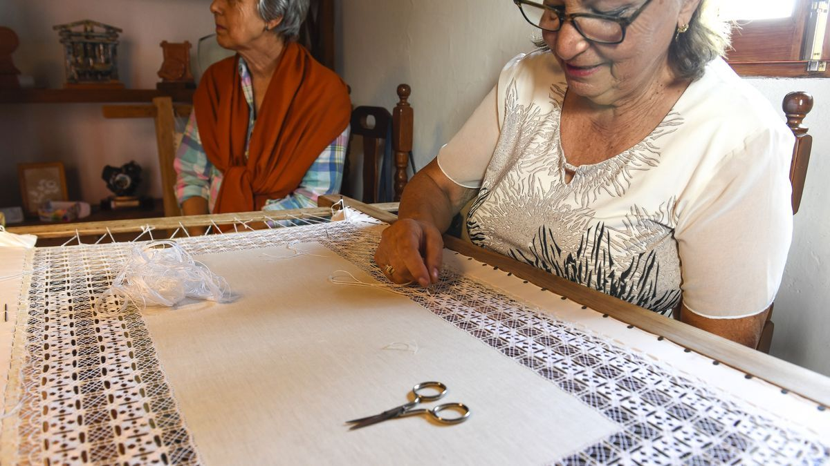 Nora Hernández trabaja un calado en el telar en Ingenio.
