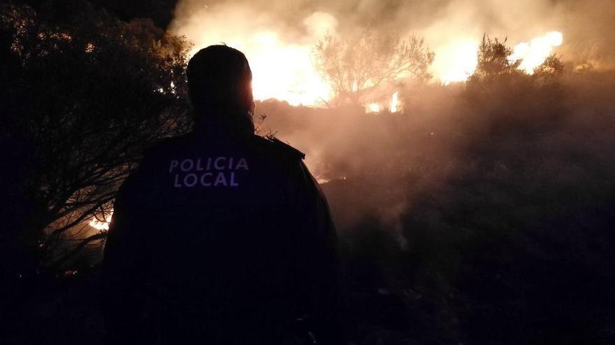 Un vecino lanza poco antes de Nochevieja fuegos artificiales frente a su casa y provoca un incendio en El Campello