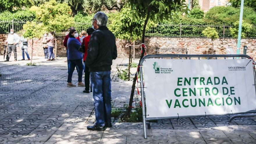 Vacunan con AstraZeneca a 94 empleados esenciales por error en Cáceres