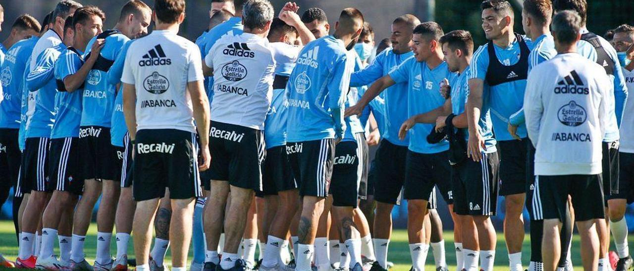 Jugadores y técnicos del Celta, ayer, en el pasillo a Hugo Mallo para felicitarlo por su cumpleaños.