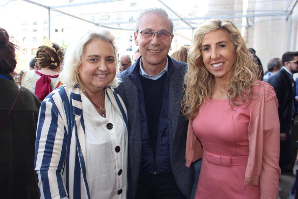 """... y Santiago Ballester con su familia """"política""""."""
