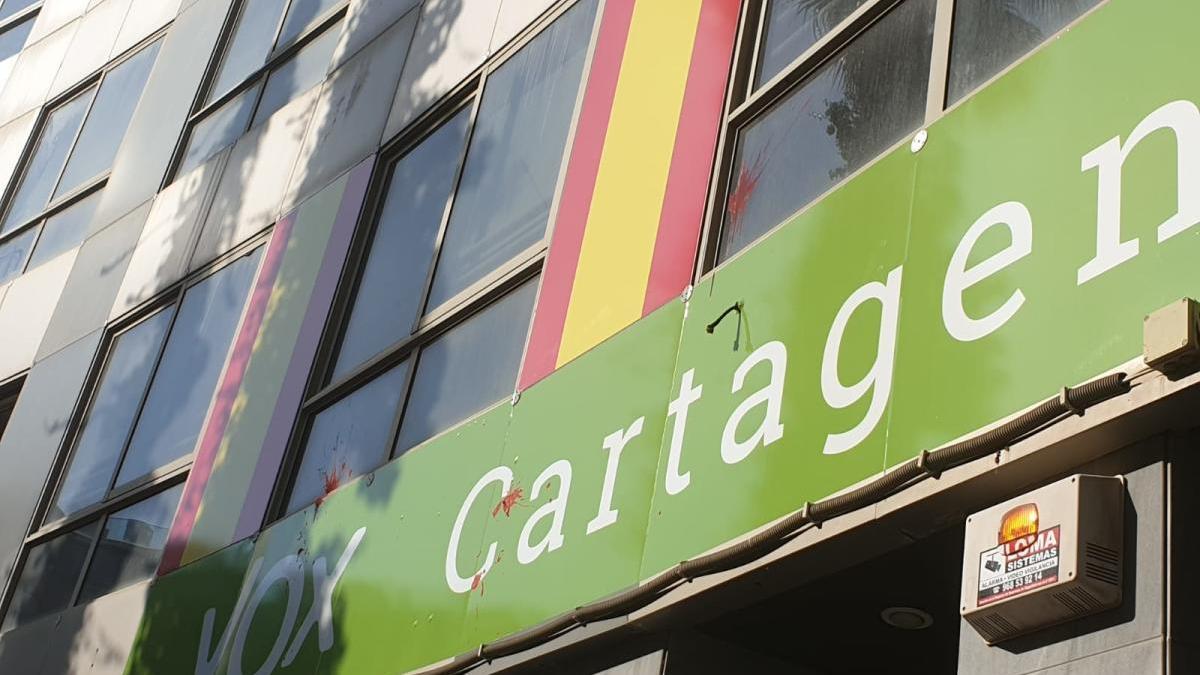 Denuncian el ataque con huevos y pintura de la sede de Vox en Cartagena