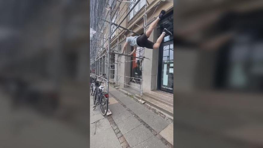 El vídeo viral de Oliver Thorpe en Tik Tok haciendo acrobacias en los andamios