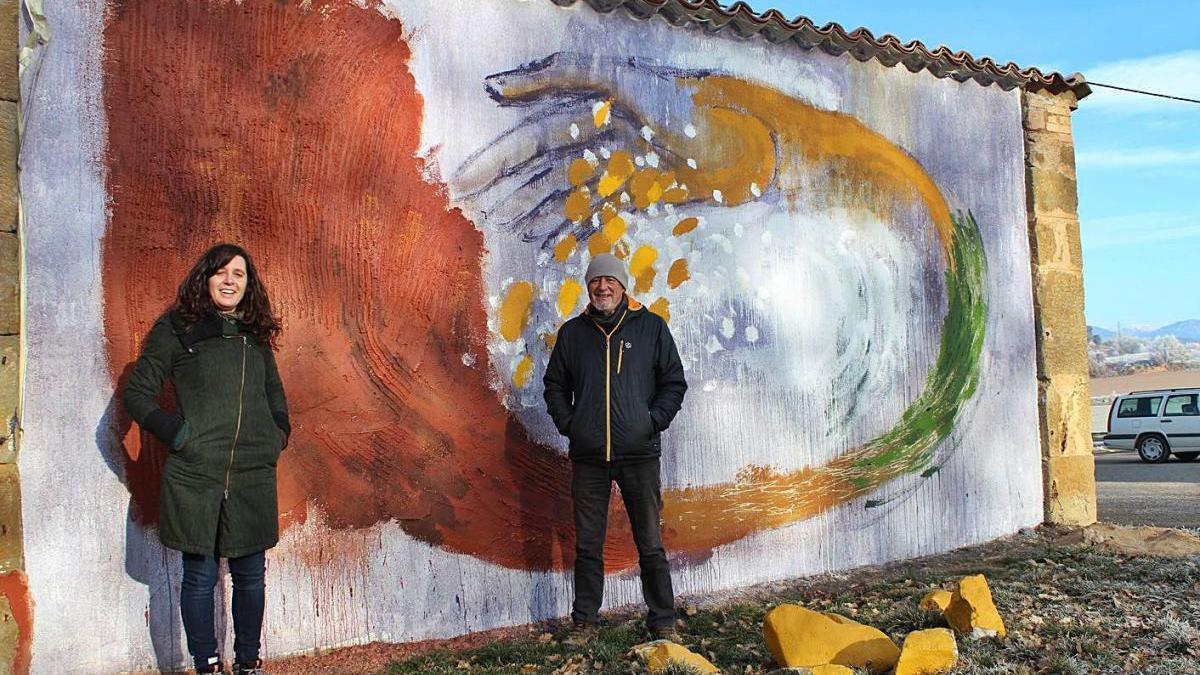 Marta Ricart i Joma Rius davant del mural que han desenvolupat en els darrers mesos