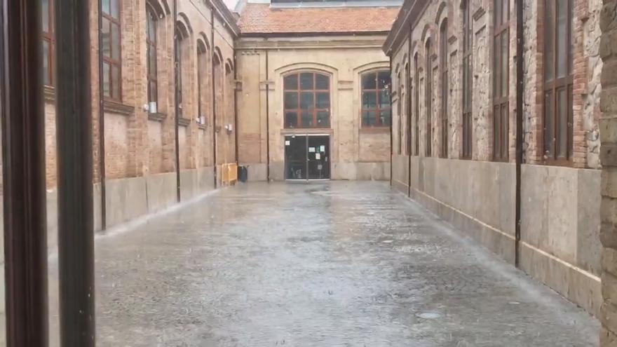 El agua inunda el centro cultural y deportivo de la Petxina en València