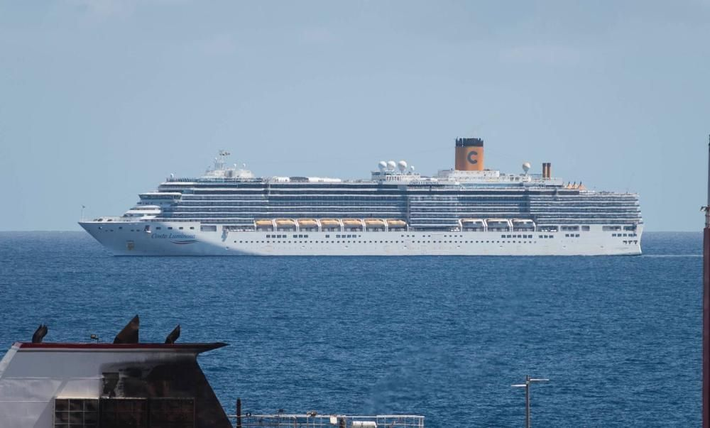 El 'Costa Luminosa' llega al puerto de Santa Cruz
