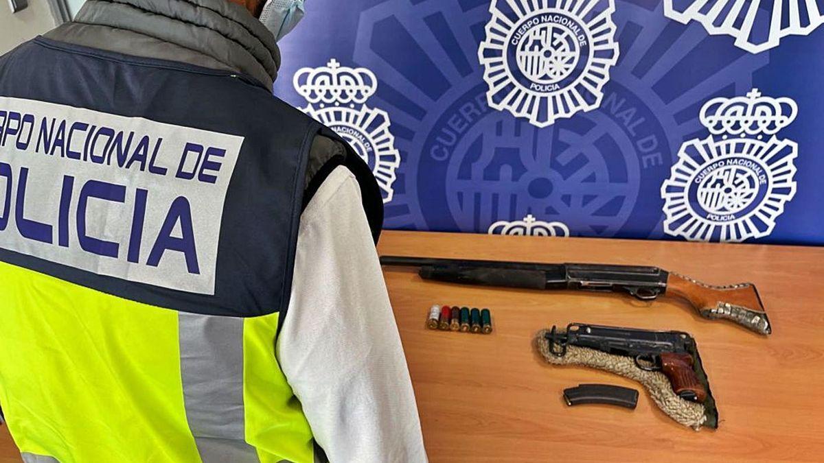 La escopeta y la pistola ametralladora intervenidas por la Policía de Alicante