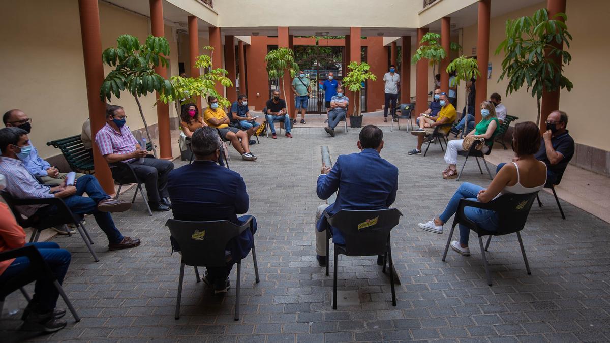 El alcalde, en la última reunión celebrada con técnicos y vecinos de Anaga.
