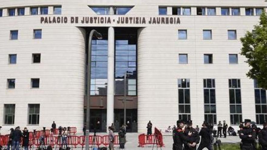 El acusado de grabar a 129 mujeres desnudas acepta la condena de 115 años pero cumplirá cinco máximo