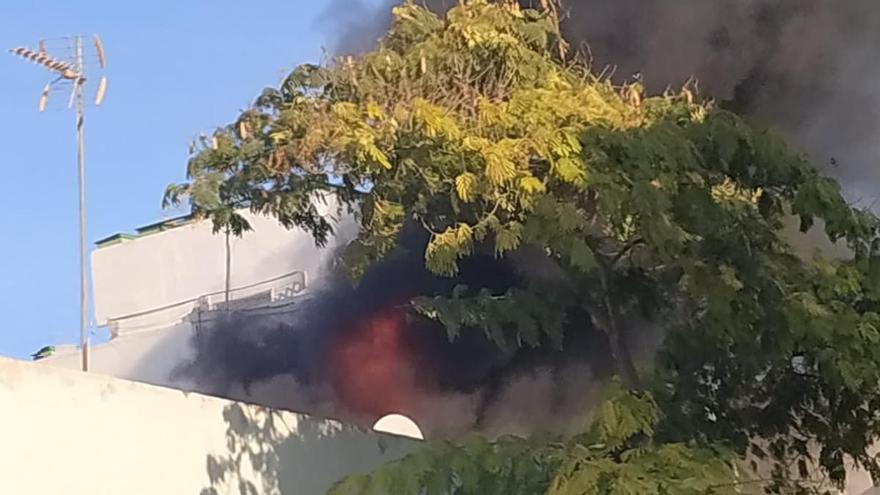 Imagen de las llamas en la vivienda afectada