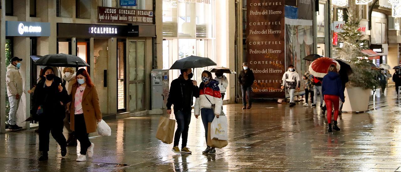 Gente realizando compras en la calle Príncipe de Vigo