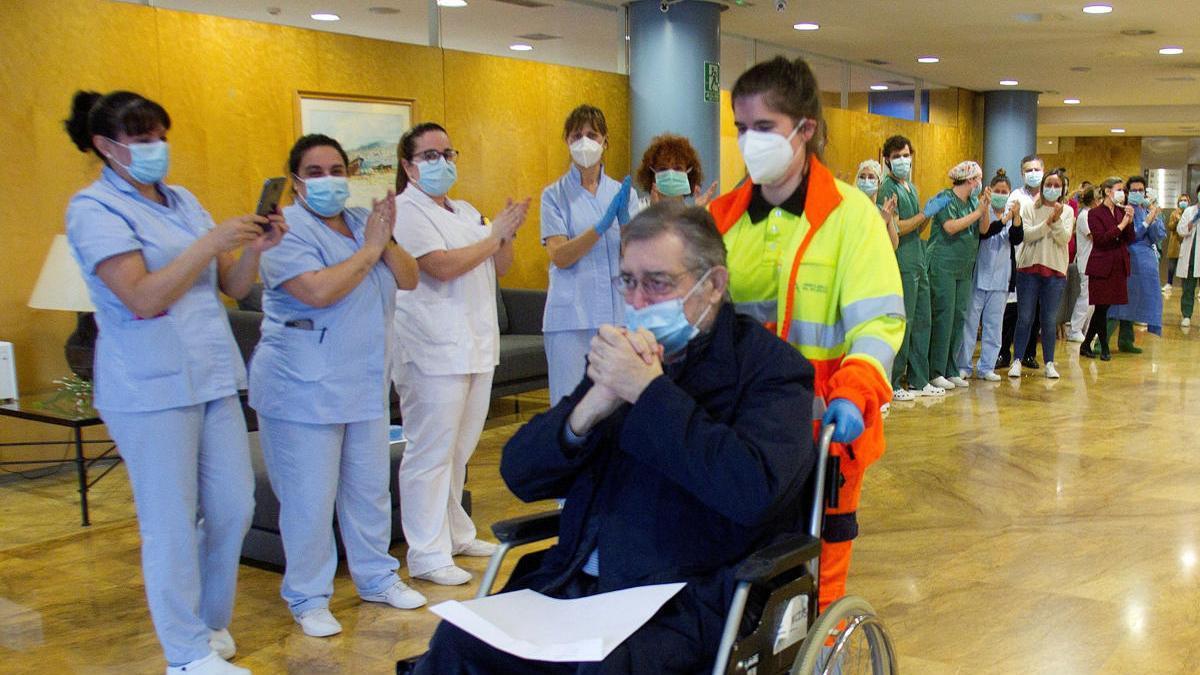 Un hombre abandona el hospital tras 40 días en la UCI y 17 en planta.