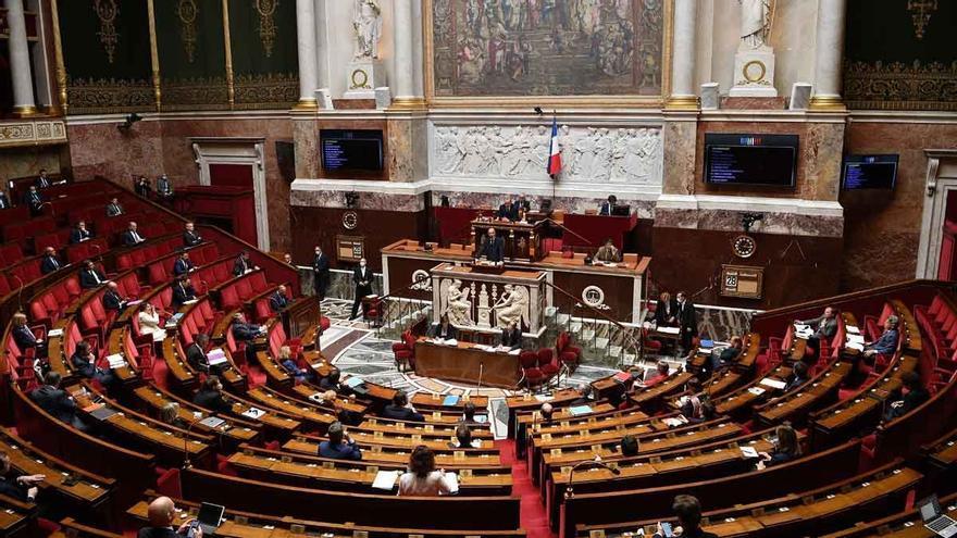 Varios diputados franceses reciben amenazas de muerte por apoyar la política de vacunación