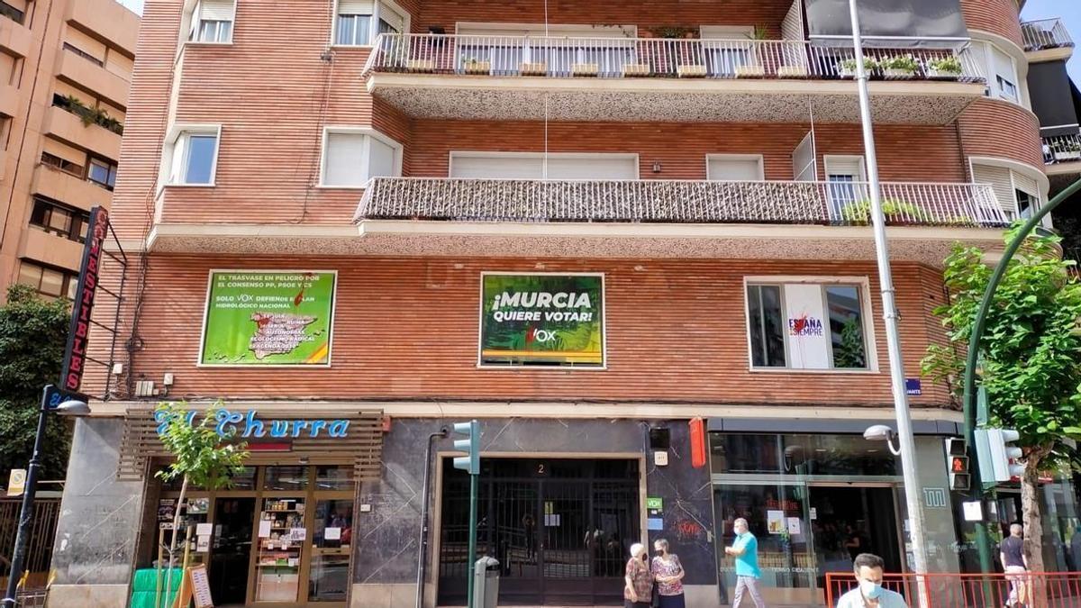 Pintadas en los carteles de la sede de Vox, en la Plaza Circular de Murcia