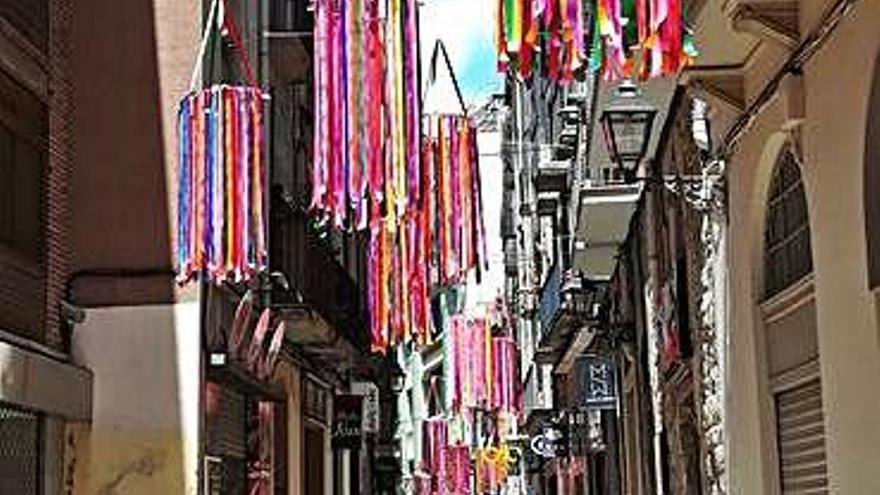 El carrer Nou dona la benvinguda a l'estiu amb tires de colors