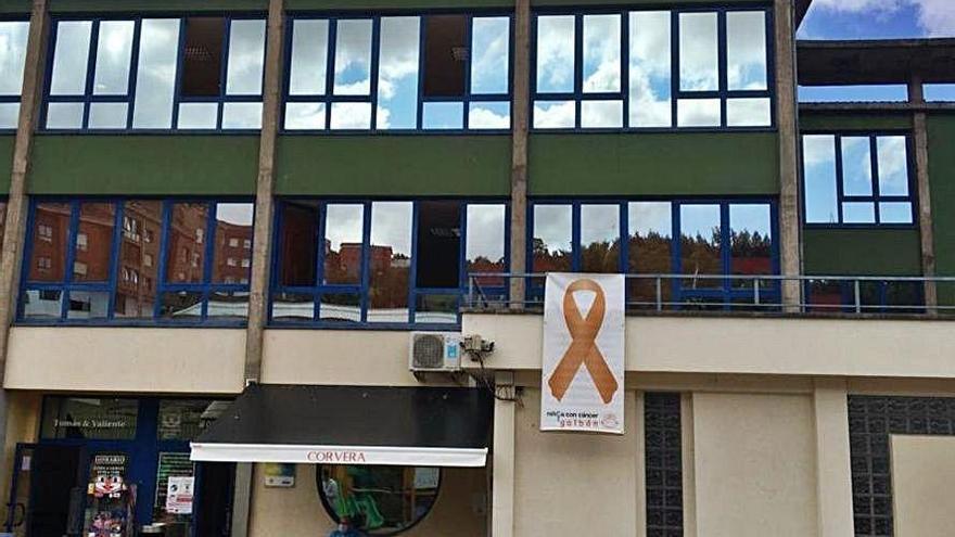 Corvera se solidariza con el cáncer infantil con un lazo dorado