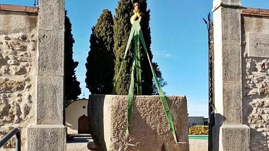 Borrassà recupera una vella pedra i la converteix en banc per al cementiri