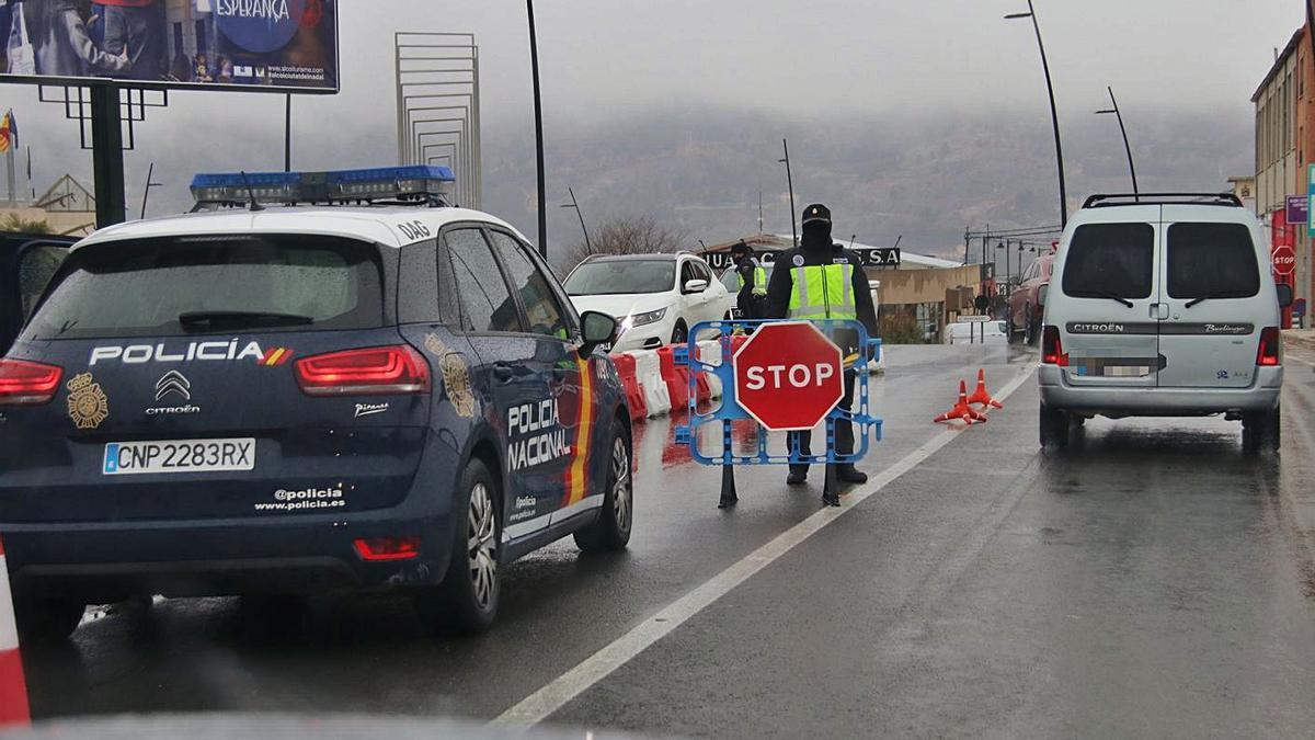 Un control reciente de la Policía en Alcoy tras acordarse el cierre perimetral.