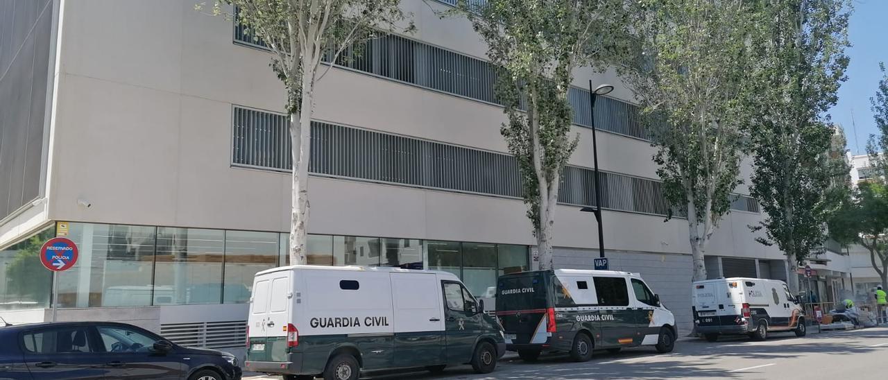 Dos furgones de la Guardia Civil y uno de la Policía aparcados junto a los Juzgados nuevos de Ibiza, en una imagen de archivo.