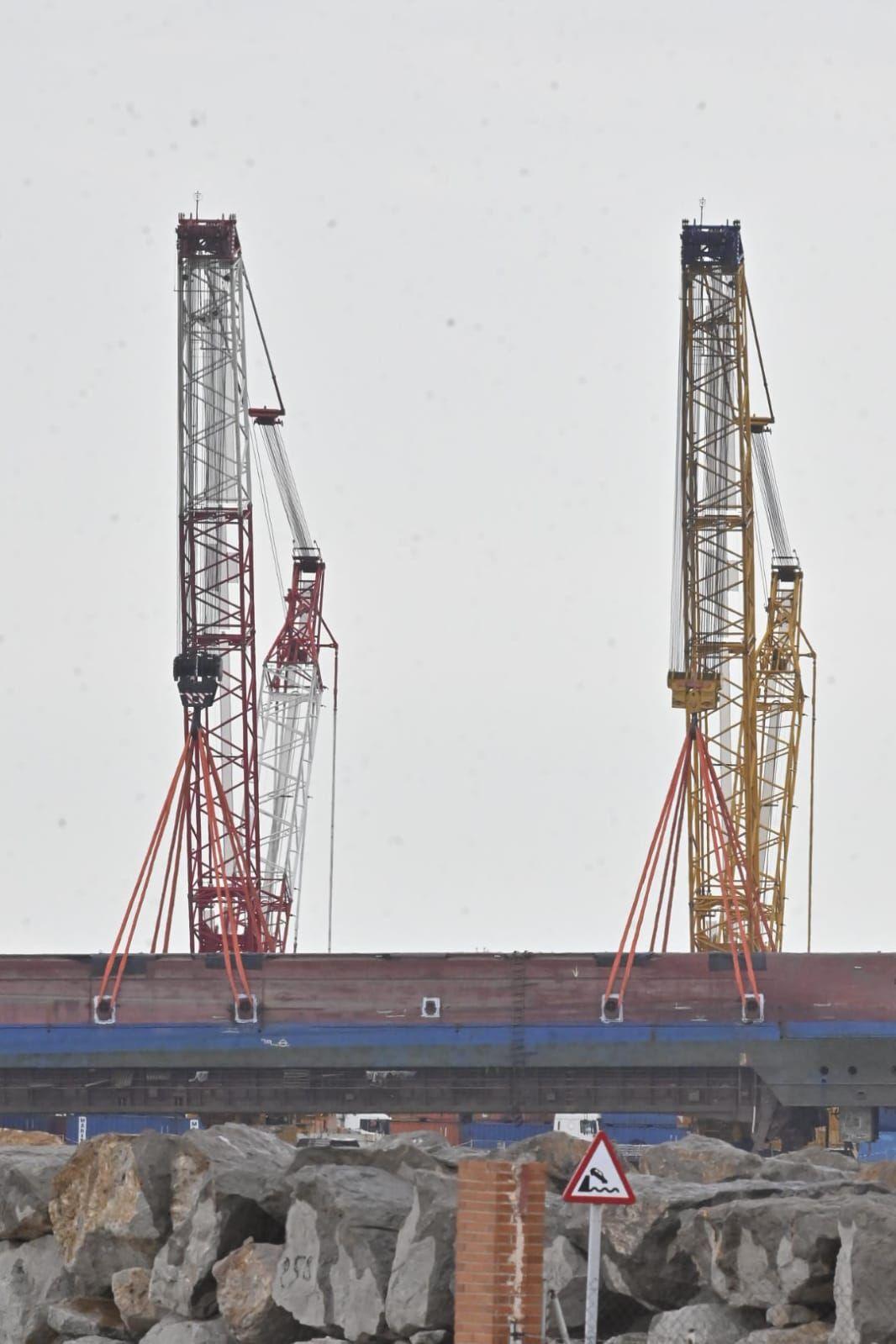 Inician la extracción del buque volcado en PortCastelló