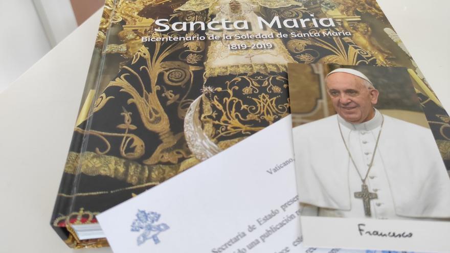 El Papa felicita a la Cofradía de la Soledad de Santa María de Alicante por su libro del Bicentenario
