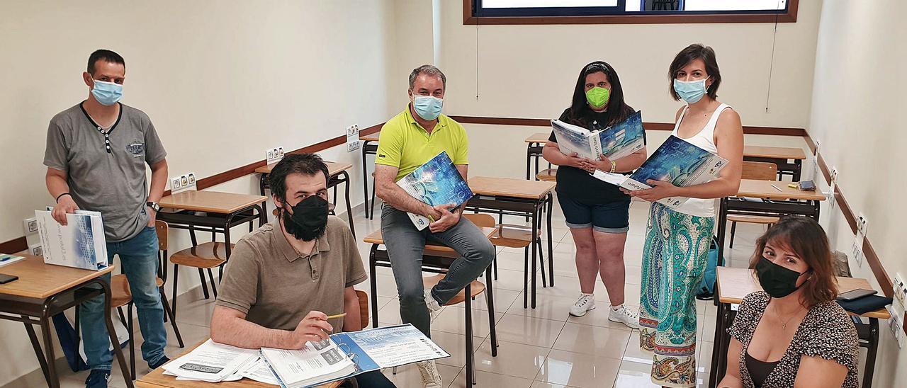 Los candidatos a una plaza de subalterno de Ayuntamiento, David, Alejandro, Antonio, Vanesa, Ana y Bea, se preparan en Academia Postal en Vigo.