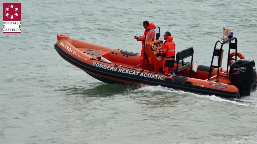 Rescatan a dos personas a bordo de un bote en pleno temporal en Peníscola