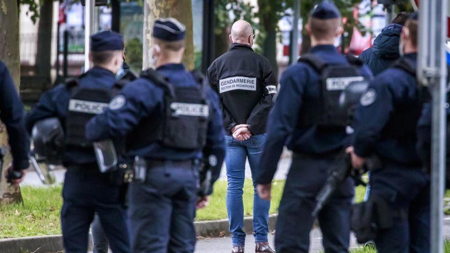 Apareix un home decapitat a París