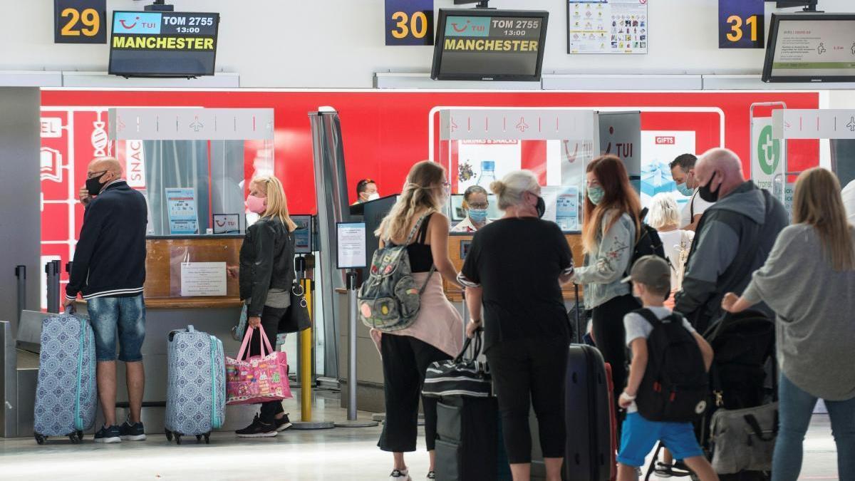 """250 vuelos semanales en Canarias """"están en juego"""" por la cuarentena de Reino Unido"""