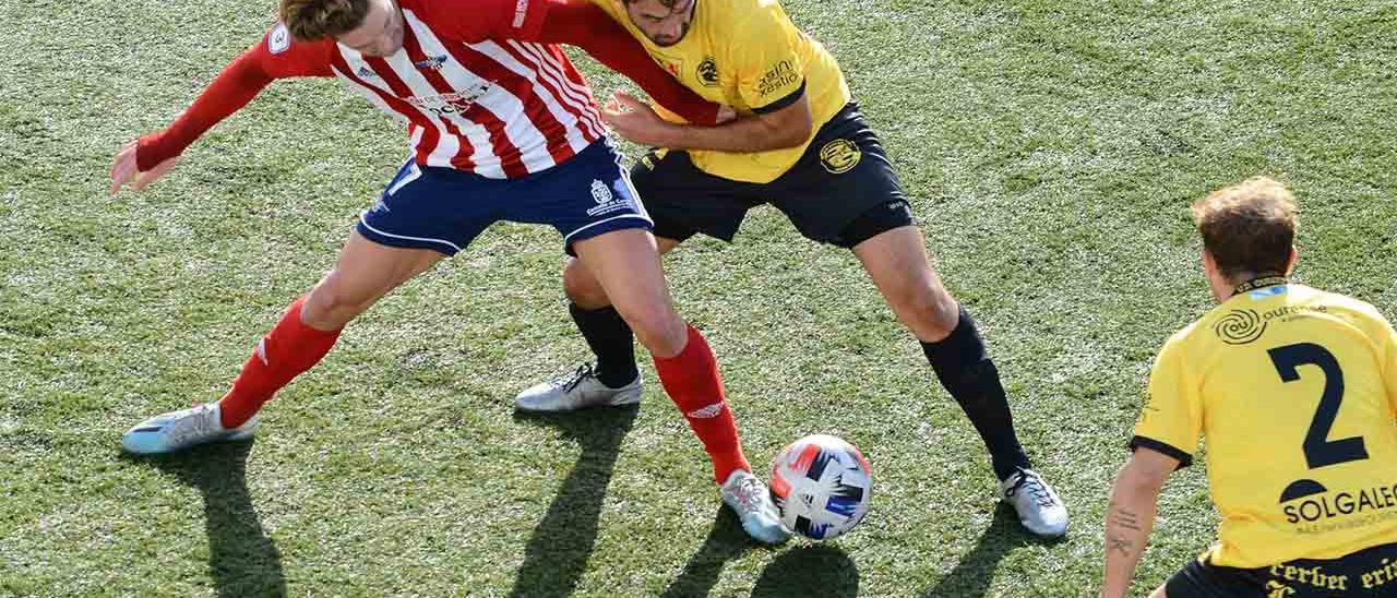 Luismi lucha por la posesión del balón con un futbolista de la UD Ourense