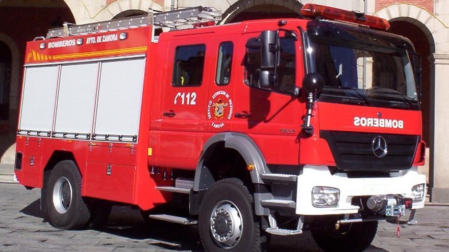 Los Bomberos de Zamora intervienen tras la caída de cascotes en Santa Clara