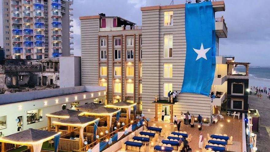 Almenys 15 morts, 35 ferits i diversos ostatges en un atac terrorista a un hotel de Mogadiscio
