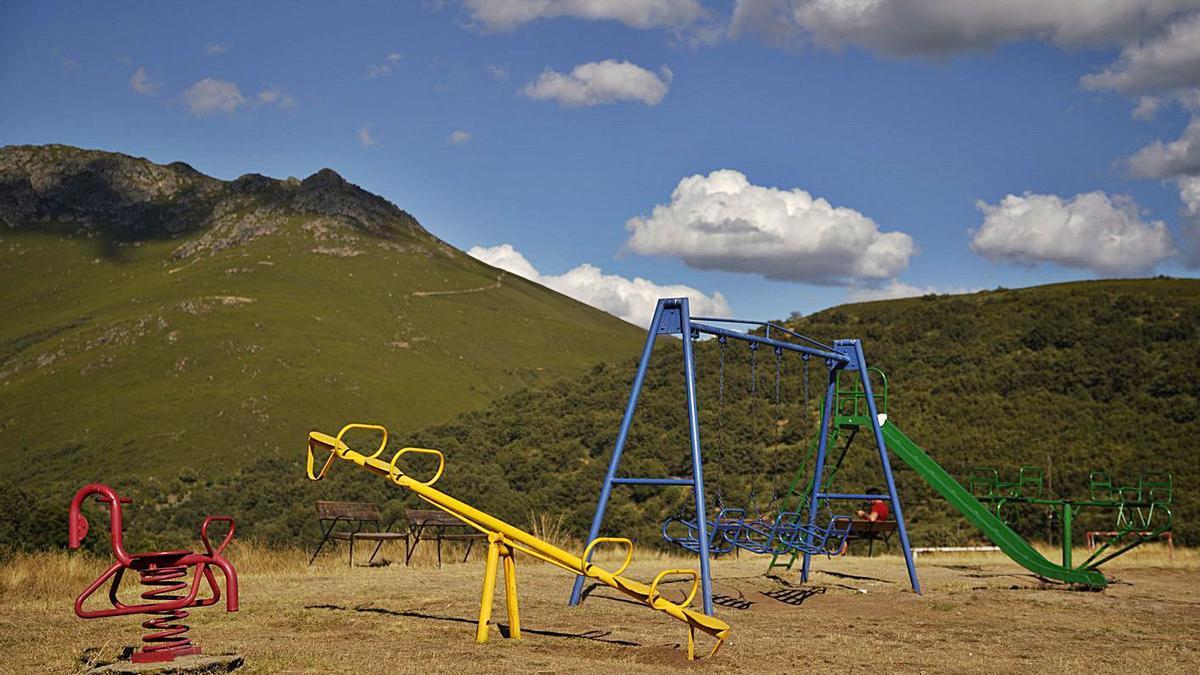 Un parque infantil vacío en un municipio de Zamora. |