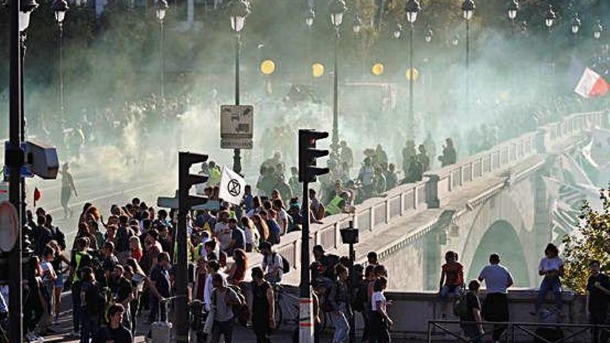 Més d'un centenar de detinguts a les protestes dels Armilles Grogues a París