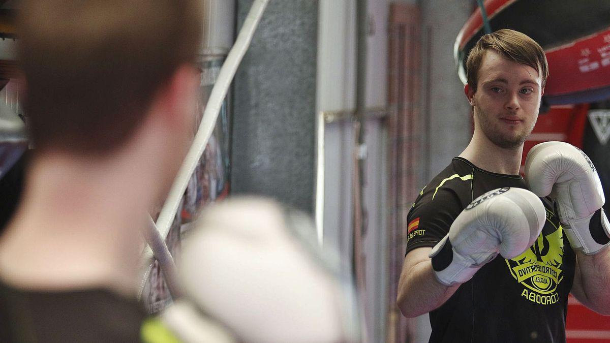Antonio Romero Fuentes es la primera persona con síndrome de Down que ha obtenido el cinturón negro primer dan de kick boxing en España sin ningún tipo de adaptación.