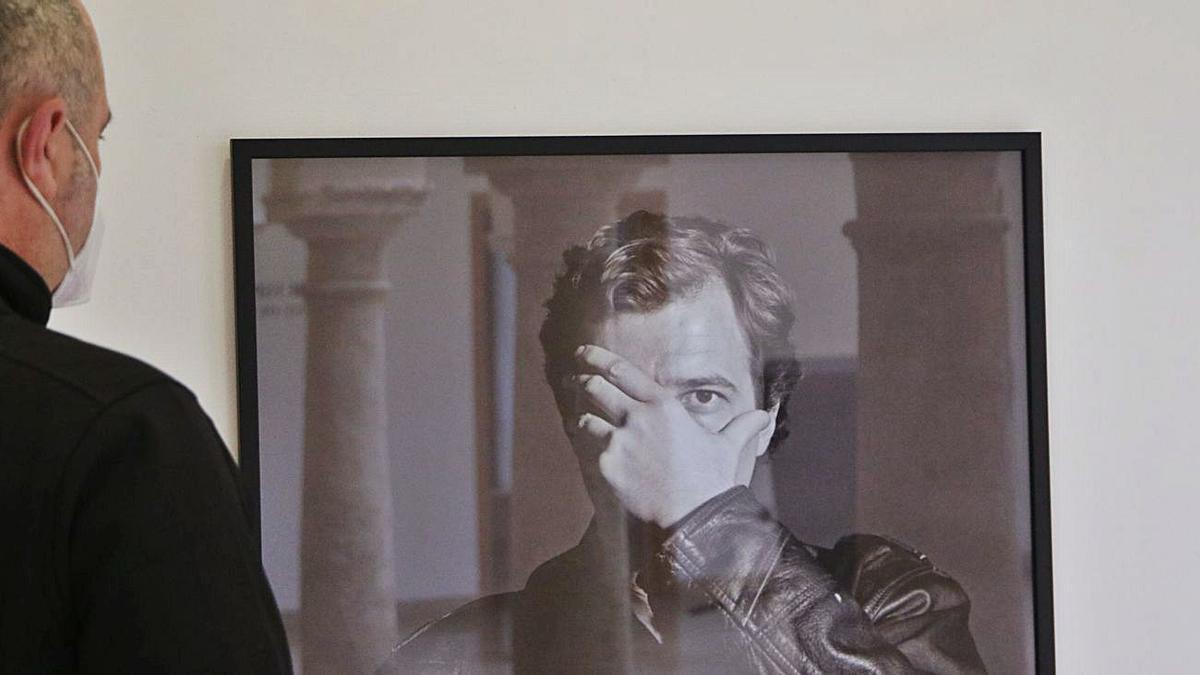 Un visitante observa una de las obras que pueden verse en el Centro Espaliú.