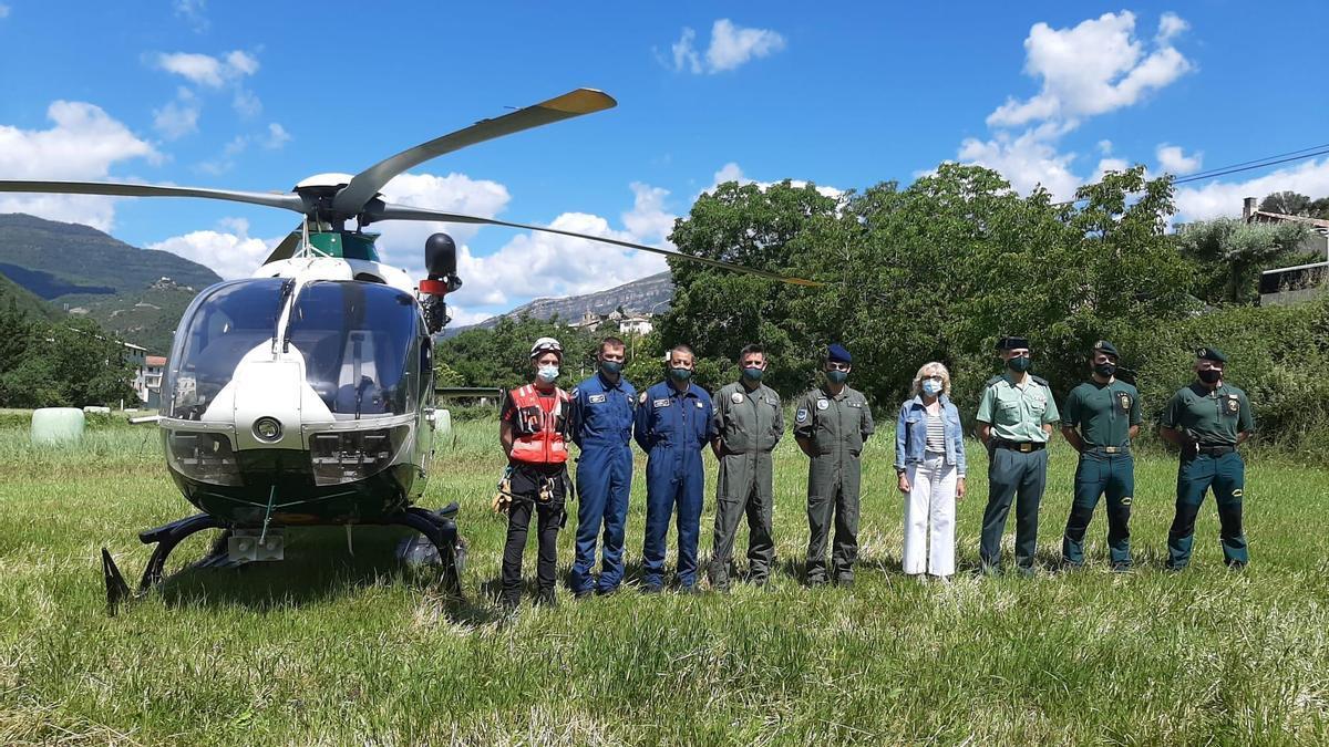 Los responsables de rescates, con la subdelegada del Gobierno, esta mañana, junto al helicóptero utilizado en las intervenciones.