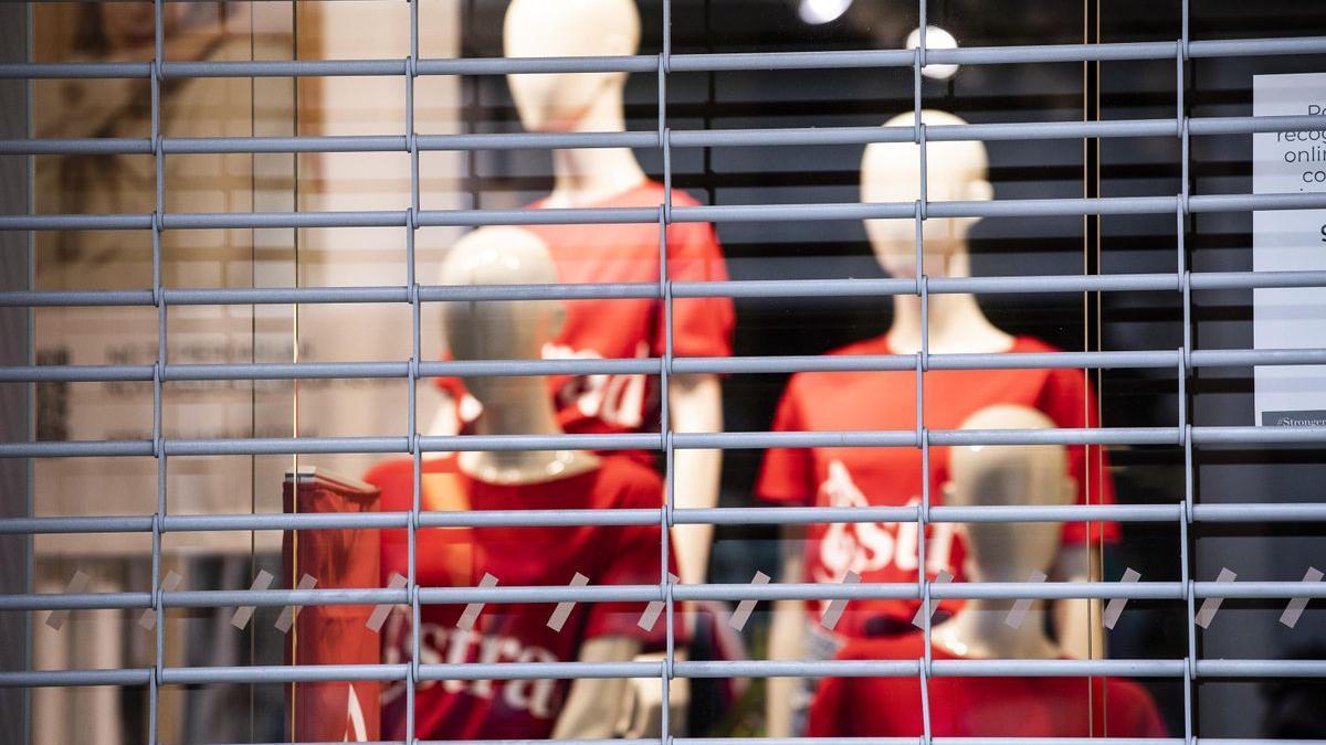 Una tienda de Barcelona cerrada a consecuencia de las restricciones decretadas por la pandemia.