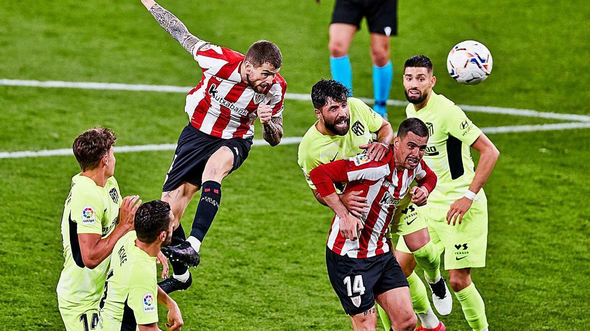 Remate de cabeza de Iñigo Martínez en el gol que dio la victoria al Athletic.    // EUROPA PRESS