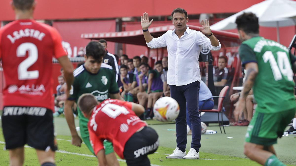 Luis García, con los brazos levantados, durante un lance del juego ante Osasuna.