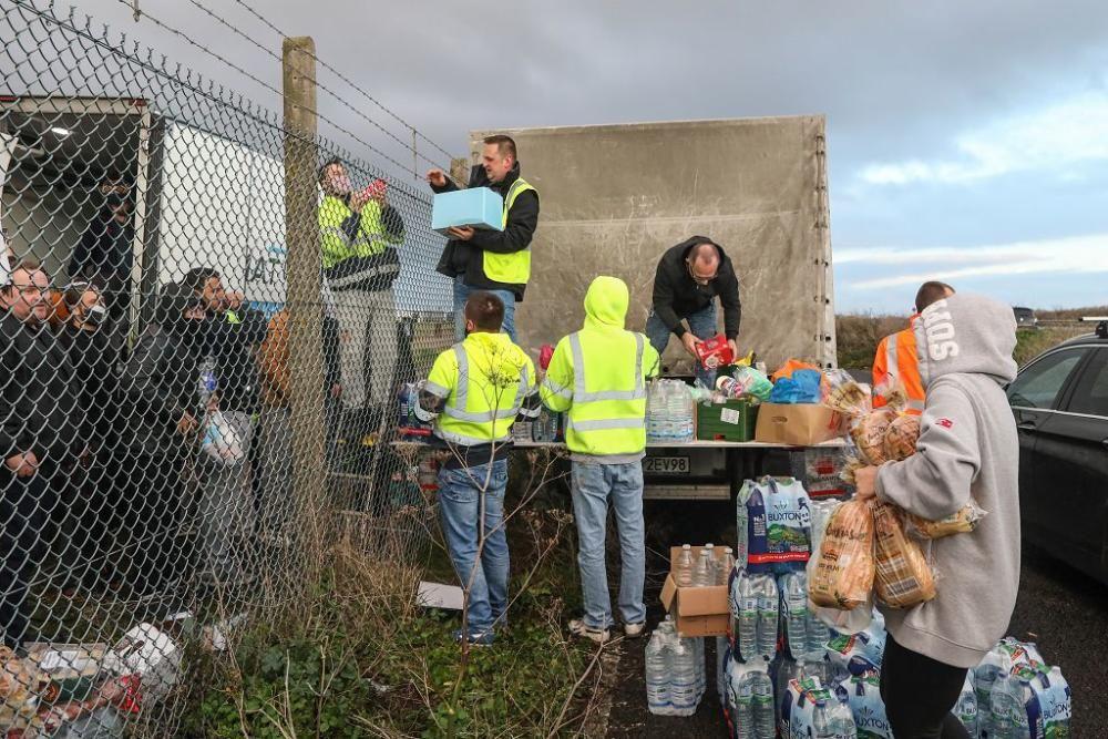 Reparten víveres a los camioneros confinados en un aeropuerto