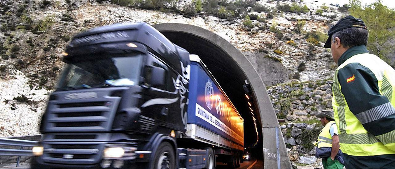 Un camión circula a la altura del túnel de Vegaviesga, en la zona asturiana de la autopista del Huerna, muy cerca del límite con León, en una imagen de archivo. | F. G.