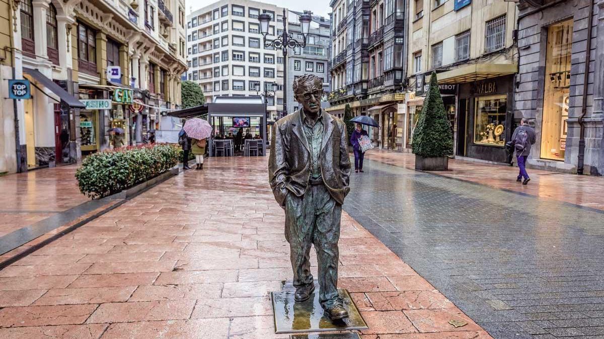 Escultura a Woody Allen en Oviedo.