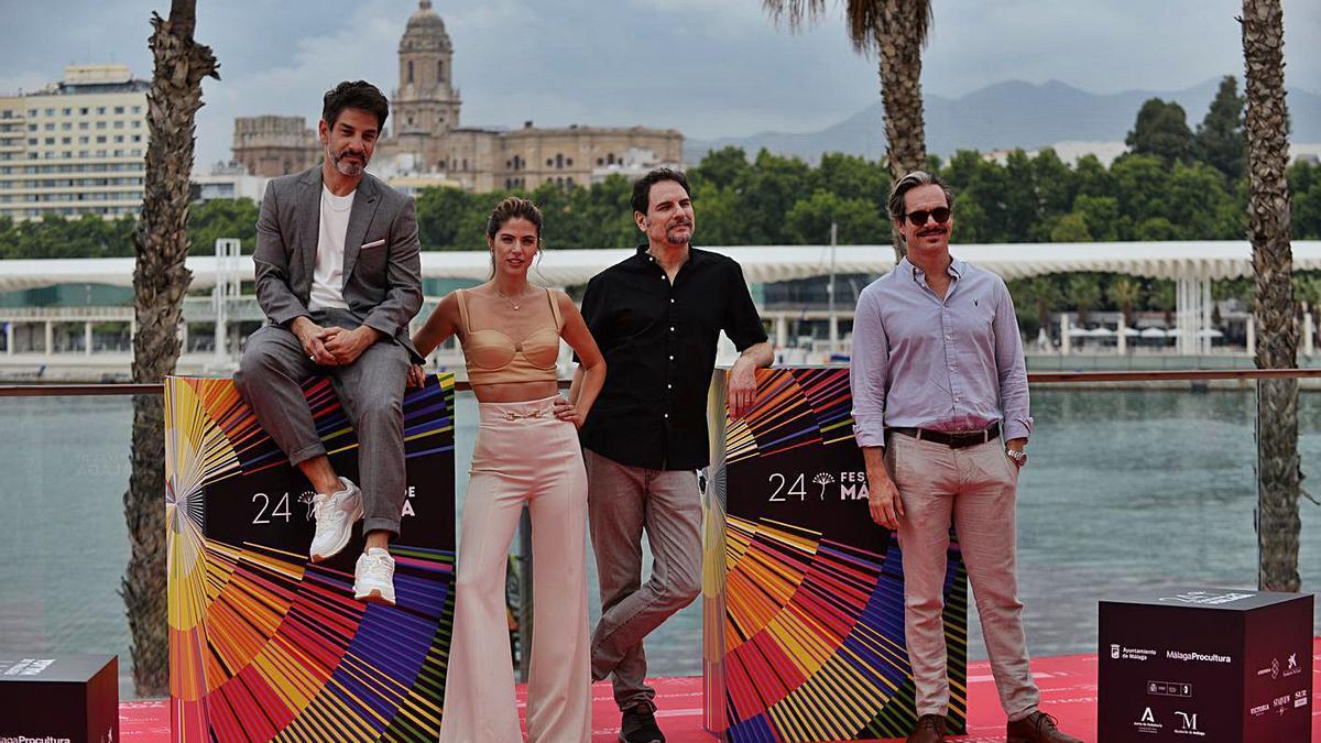 Miguel Rodarte, Stephanie Cayo, Carlos Cuarón y Tony Dalton, en el Muelle Uno.