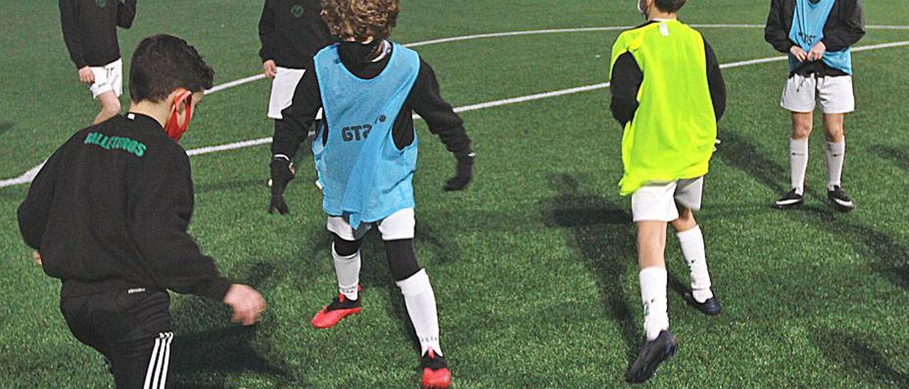 Un entrenamiento de fútbol base en el Club Pabellón. |  // IÑAKI OSORIO